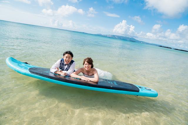 サップを使ってのウェディングフォト|沖縄ウェディングオンライン