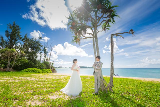 やしの木の下で南国リゾートフォトウェディング 沖縄ウェディングオンライン