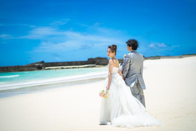 砂浜でのウェディングフォト|沖縄ウェディングオンライン
