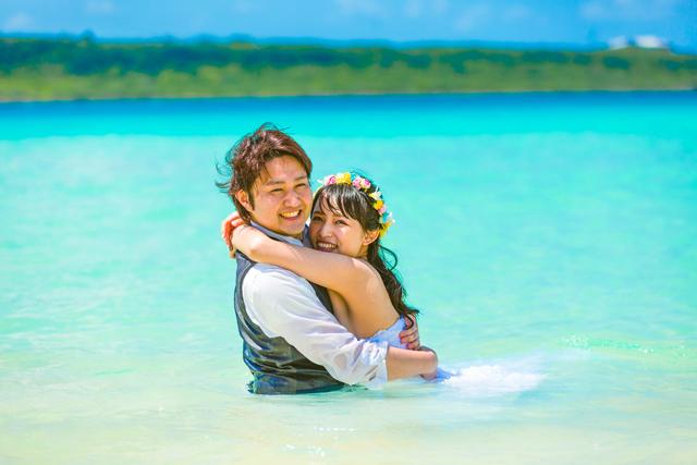 新婚旅行 与那覇前浜ビーチでフォトウェディング 沖縄ウェディングオンライン