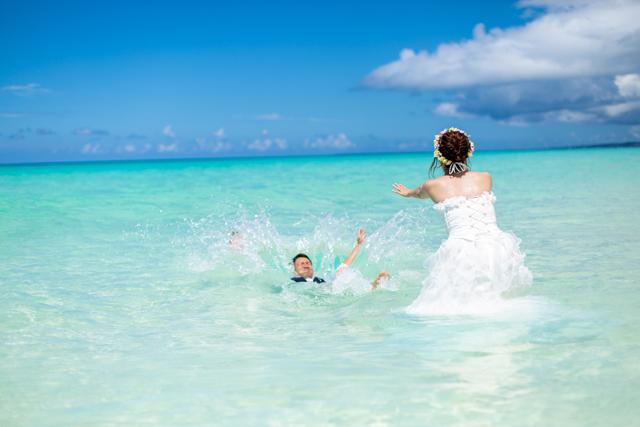 海に入ったウェディングフォト|沖縄ウェディングオンライン
