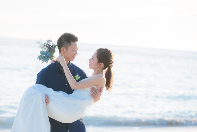 お姫様抱っこ|沖縄ウェディングオンライン